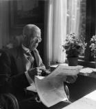 Gustaf V läser tidningen Särö. Bild 1009.