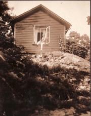 Gösta Nystroem vid första ateljén 1922, Sjövik, Särö