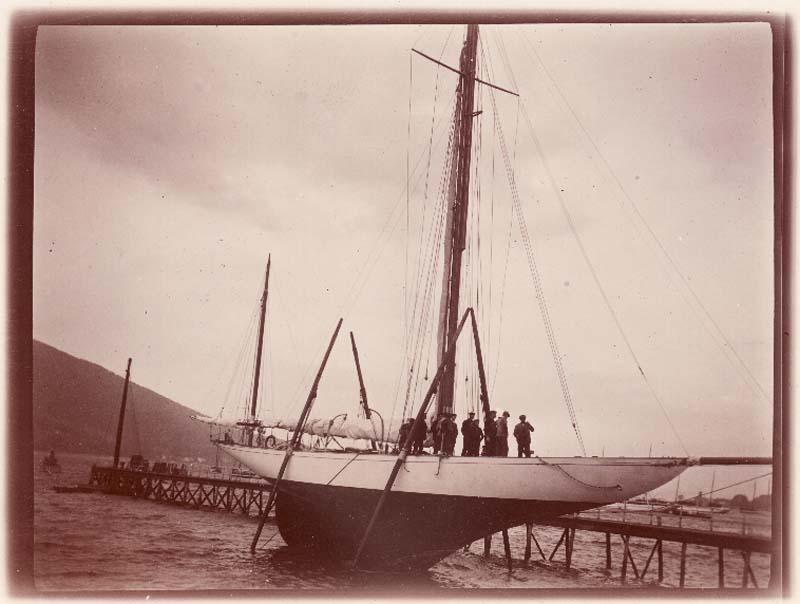 Särö yachterna under bogsering till Marstrand någon gång före 1905 (unionsflagg).