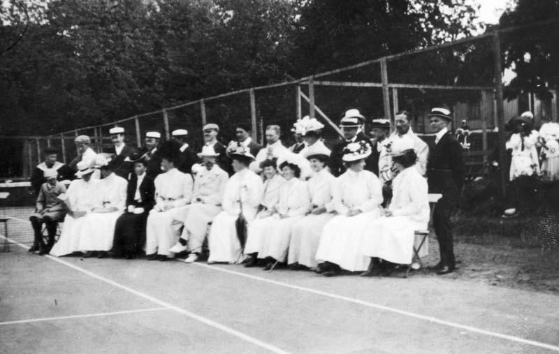 Gustaf V omgiven av Särös vita damer.